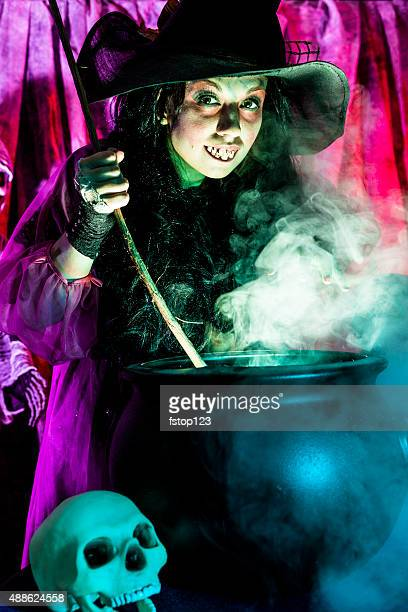 Halloween: Strega cucinare la sua miscela per gli ospiti speciali. Zombi.