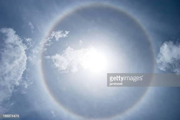 ヘイロー nimbus または gloriole に鮮やかな太陽光線とスカイ