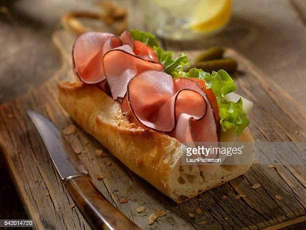 Panino prosciutto e formaggio su una base di baguette