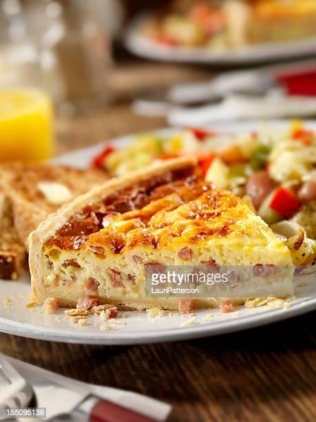 Quiche au jambon et au fromage avec du jus d'Orange