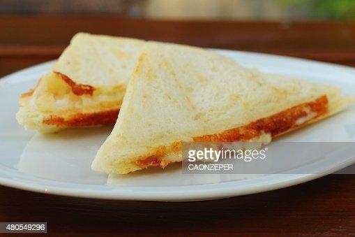 Sanduíche de presunto e queijo sobre Branco placa. : Foto de stock