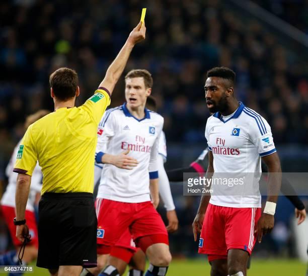 Hamburg 21 Dezember 2013 Fußball 1 Bundesliga 2013/14 Hamburger SV 1 FSV Mainz 05 Schiedsrichter Bastian Dankert zeigt Johan Djourou die Gelbe Karte...