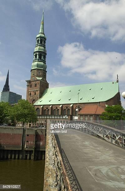 die St Katharinenkirche mit der Figur der Heiligen Katharina am Ende des Kirchenschiffs