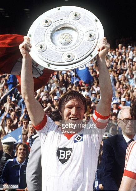 3 HSV DEUTSCHER FUSSBALLMEISTER 1982 Horst HRUBESCH/HSV mit Meisterschale