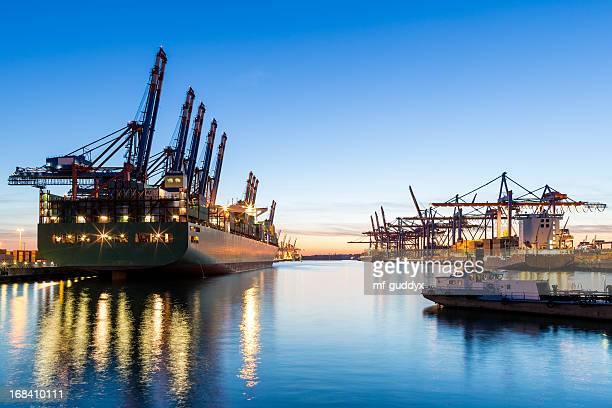 Terminal de carga no porto de Hamburgo,