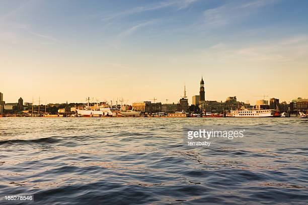 Atardecer en el puerto de hamburgo de los edificios de la ciudad de escena