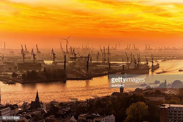 Industrial al atardecer en el puerto de Hamburgo