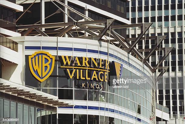 Hamburg Stadtteil Winterhude BRD Logo der Firma 'Warner Brothers' und der Schriftzug 'Warner Village Kinos' an der Außenfassade des MundsburgCenter