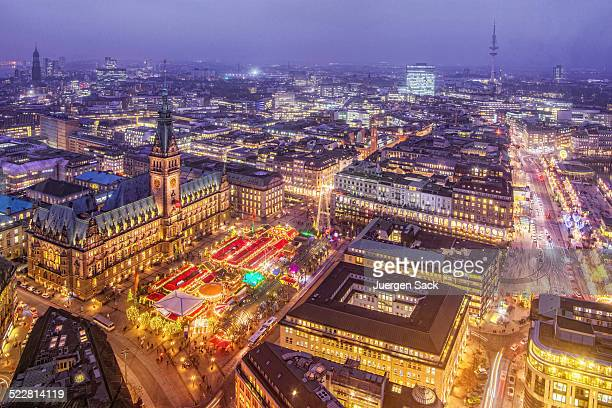 Ayuntamiento de hamburgo y el mercado navideño en la noche