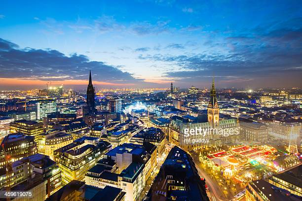 Hamburg town hall mit Christmas market