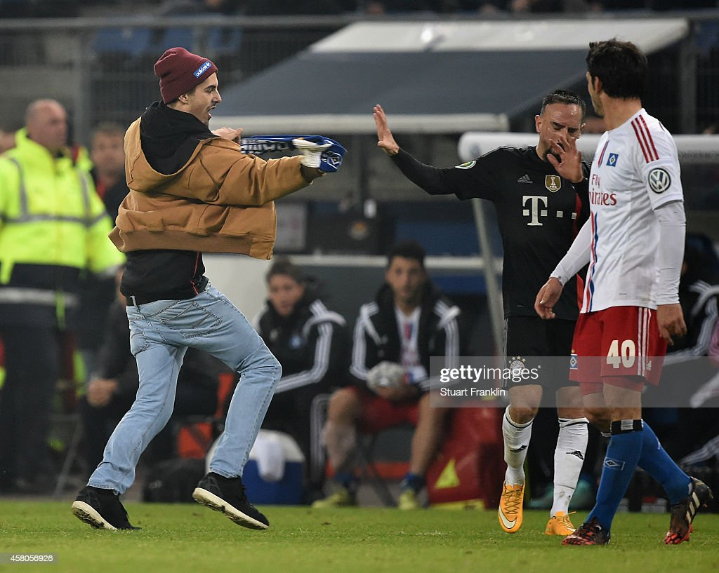 A Hamburger fan attacks <a gi-track='captionPersonalityLinkClicked' href=/galleries/search?phrase=Franck+Ribery&family=editorial&specificpeople=490869 ng-click='$event.stopPropagation()'>Franck Ribery</a> of Muenchen after invading the pitch during the DFB Cup match between Hamburger SV and FC Bayern Muenchen at Imtech Arena on October 29, 2014 in Hamburg, Germany.