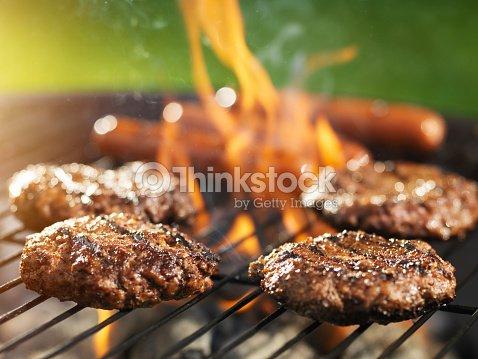 Hamburger e hotdogs cucinare il flaming grill foto stock for Cucinare hot dog
