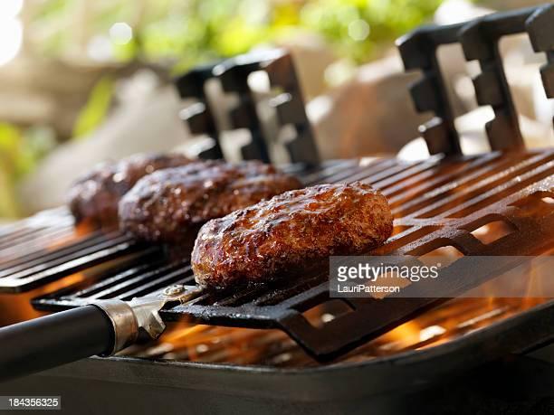 Hamburger auf einem Grill im Freien
