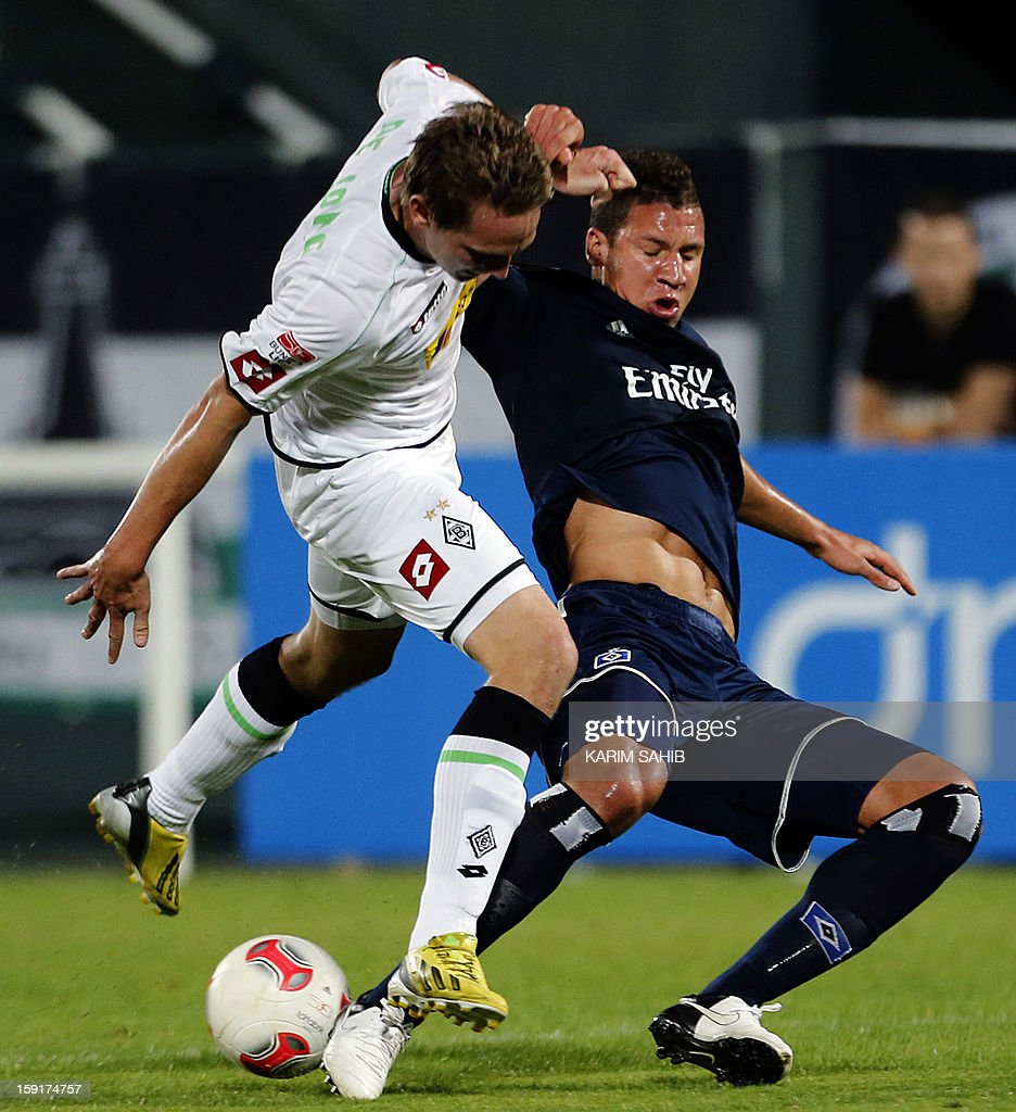 Hamburg's defender Jeffrey Bruma (R) challenges Borussia Monchengladbach's forward Luuk De Jong during their friendly football match in the Gulf emirate of Dubai on January 9, 2013.