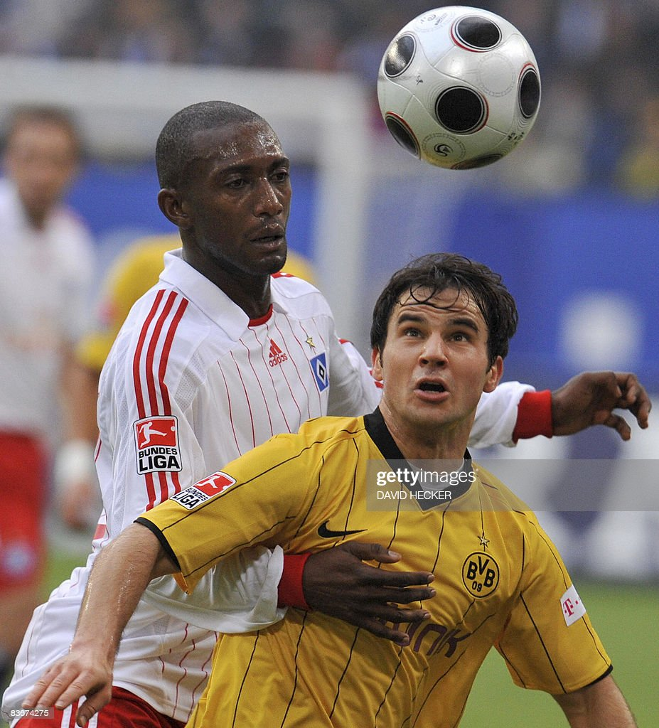 DFL. Hamburg's Namibian defender Collin Benjamin (L) and Dortmund's Hungarian midfielder Tamas Hajnal vies for the ball during the German first division Bundesliga football match Hamburg SV vs Borussia Dortmund on November 8, 2008 in the northern German city of Hamburg. AFP PHOTO DDP / DAVID HECKER GERMANY OUT
