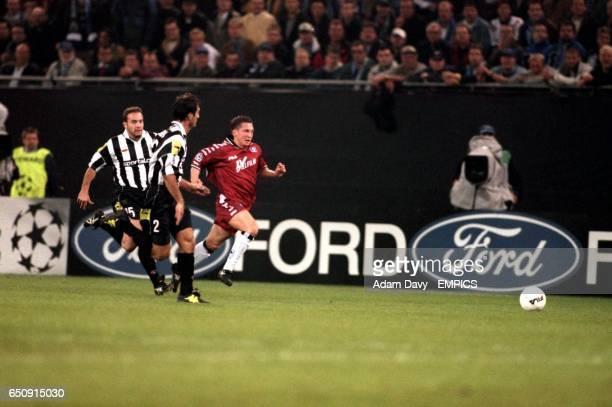 SV Hamburg's Niko Kovac and Juventus' Alessandro Birindelli chase a long ball