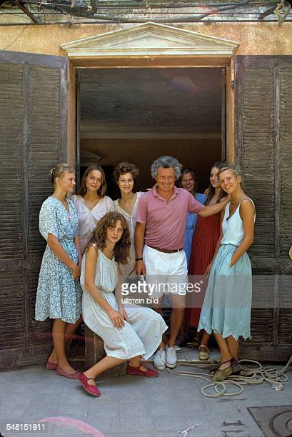 Hamilton David Photographer Director UK * with actresses during the making of the movie 'Tendres Cousines' 1980