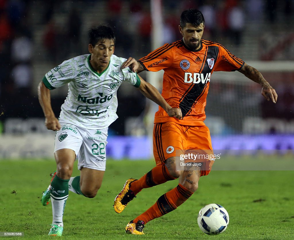 Hamilton Pereira of Sarmiento (L) and <a gi-track='captionPersonalityLinkClicked' href=/galleries/search?phrase=Lucho+Gonzalez+-+Joueur+de+football&family=editorial&specificpeople=218172 ng-click='$event.stopPropagation()'>Lucho Gonzalez</a> of River Plate fight for the ball during a match between River Plate and Sarmiento as part of Torneo Transicion 2016 at Monumental Antonio Vespucio Liberti Stadium on April 09, 2016 in Buenos Aires, Argentina.