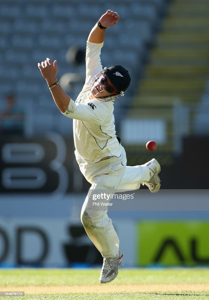 <a gi-track='captionPersonalityLinkClicked' href=/galleries/search?phrase=Hamish+Rutherford&family=editorial&specificpeople=4880824 ng-click='$event.stopPropagation()'>Hamish Rutherford</a> of New Zealand attempts to catch out Stuart Broad of England during day five of the Third Test match between New Zealand and England at Eden Park on March 26, 2013 in Auckland, New Zealand.