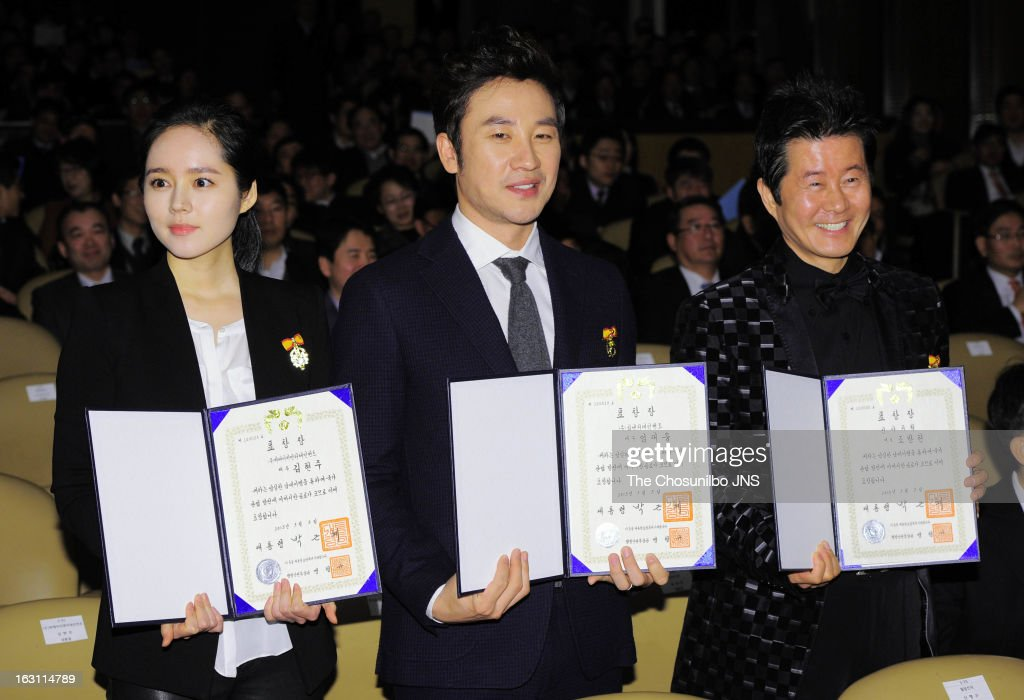 <a gi-track='captionPersonalityLinkClicked' href=/galleries/search?phrase=Han+Ga-In&family=editorial&specificpeople=7406282 ng-click='$event.stopPropagation()'>Han Ga-In</a>, <a gi-track='captionPersonalityLinkClicked' href=/galleries/search?phrase=Uhm+Tae-Woong&family=editorial&specificpeople=4438831 ng-click='$event.stopPropagation()'>Uhm Tae-Woong</a> and Tae Jin-A are awarded the Presidential Citation during the 27th Taxpayer Day at COEX Auditorium on March 4, 2013 in Seoul, South Korea.