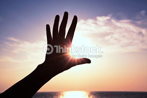 Mano y la luz del sol. : Foto de stock