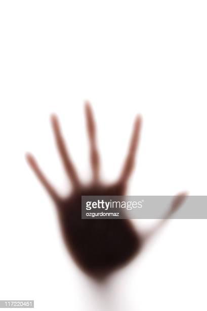 Hand hinter Seidenpapier