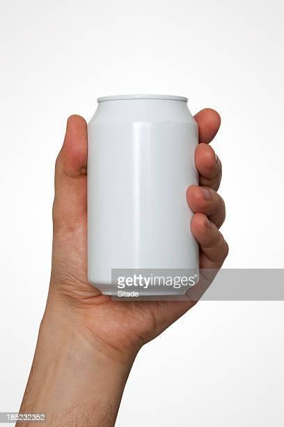 Main tenant une Canette de boisson avec un Tracé de détourage