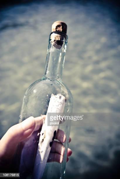 Main tenant Message dans une bouteille