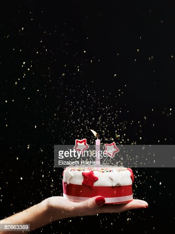 Hand holding out small cake : Stockfoto