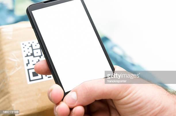 Main tenant le téléphone intelligent et vérifier le prix avec QR