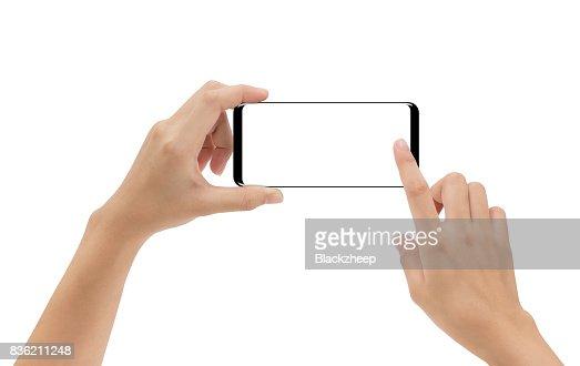 mano que sostiene el smartphone móvil y tocar la pantalla aislada sobre fondo blanco, camino de cliping dentro : Foto de stock