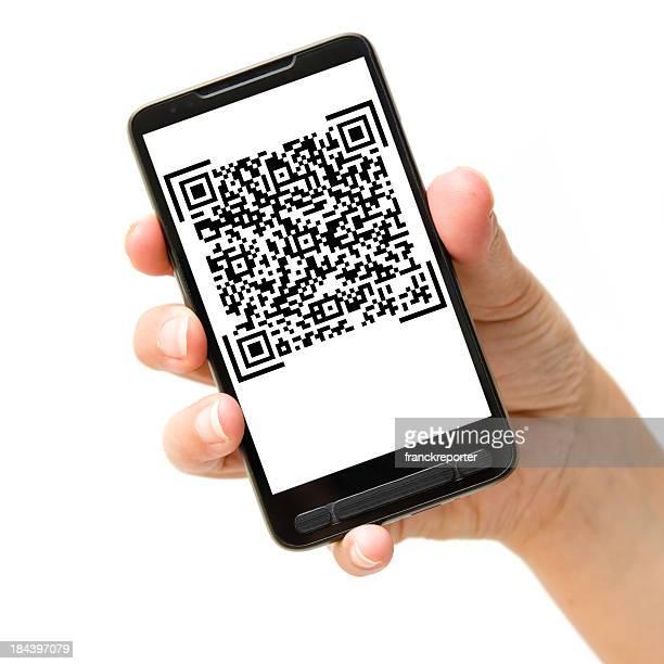 Main tenant smartphone avec QR code