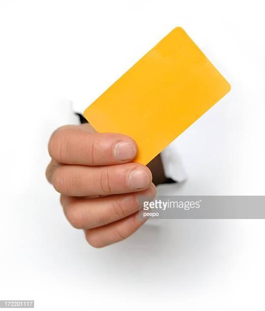 黄色のクレジットカードを持つ手