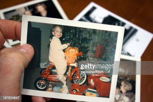 手はビンテージ写真のボーイが乗った三輪車のクリスマス