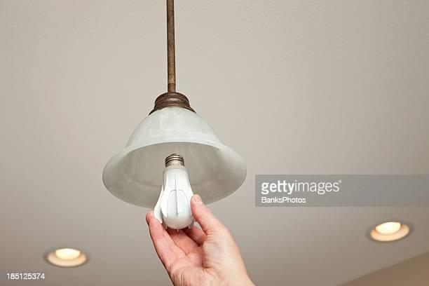Hand Einbau von LED Glühbirne