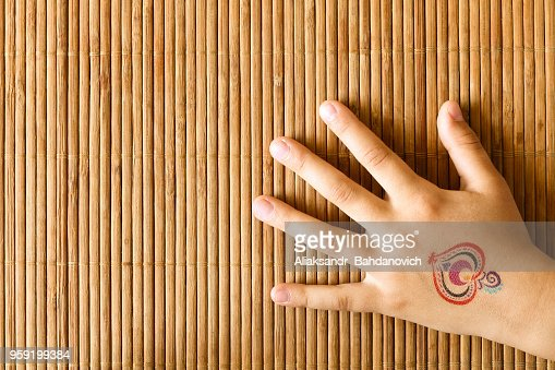 Main De Petite Fille Avec Le Tatouage De Bebe Sur Fond De Bambou