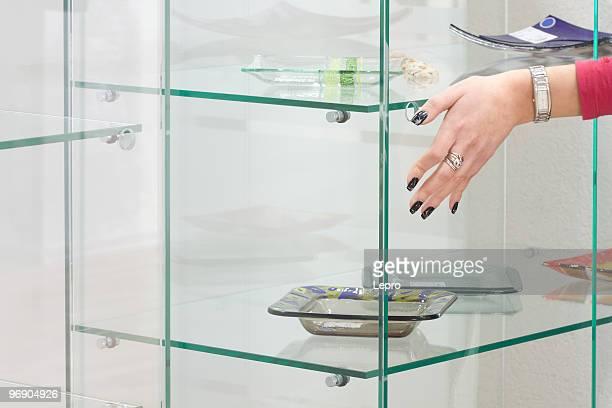 Hand auf das Glas