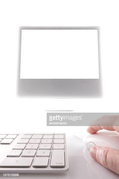 Main opérer une souris devant écran d'ordinateur.