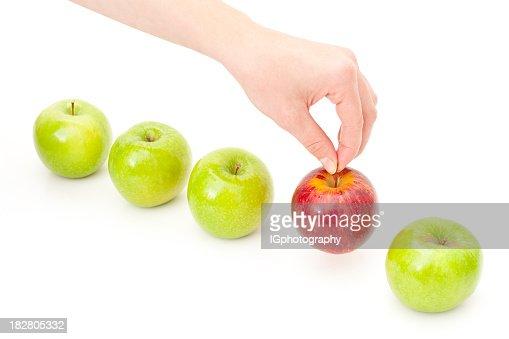 Mão escolher Apple da linha para ilustrar escolha e de decisão
