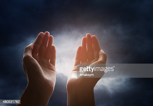 Hand reaching for the cloud in the sky : Stockfoto