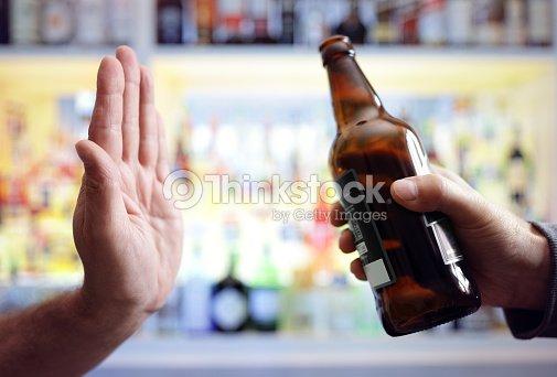 手拒否アルコール ビール飲料 ストックフォト thinkstock