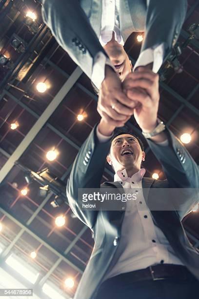 Poignée de main deux homme d'affaires japonais