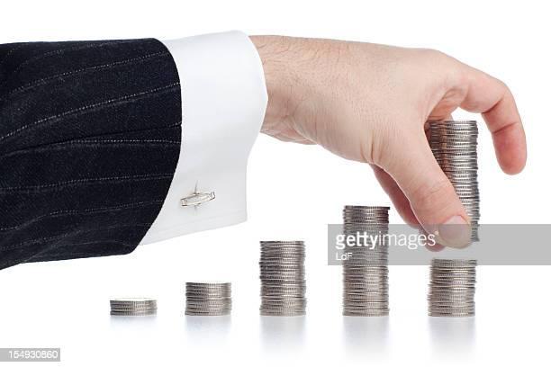 Hand Stapeln silver Münzen.