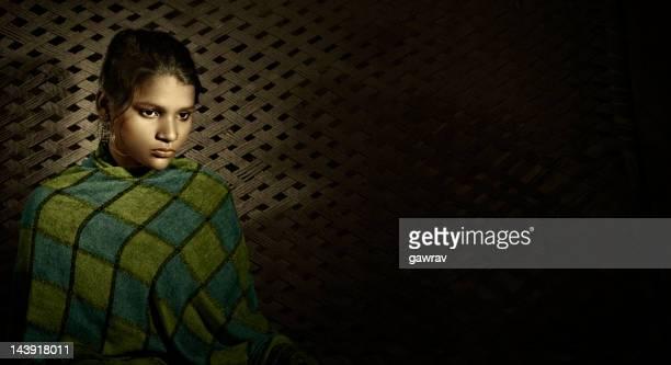 Hand gefärbt Porträt eines wunderschönen, traurig, ländlichen indische Mädchen