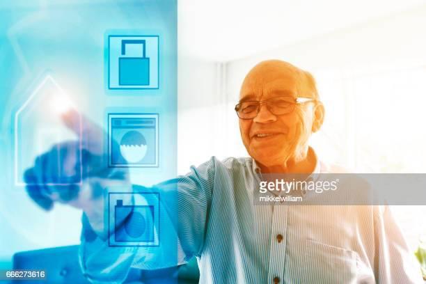 Hand vidrör skärm i vardagsrummet för att styra smarta hemautomation