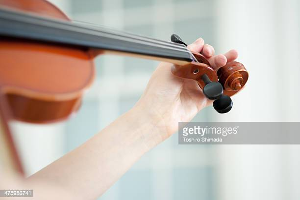 A hand tuning the violin