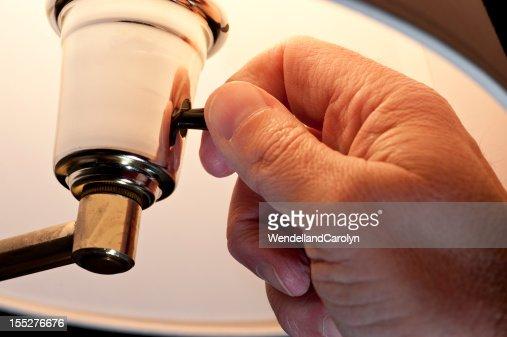 La main en tournant sur Lampe électrique