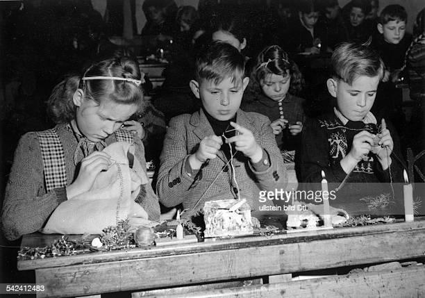 Kinder einer Berliner Volksschulebasteln Weihnachtsgeschenke1950