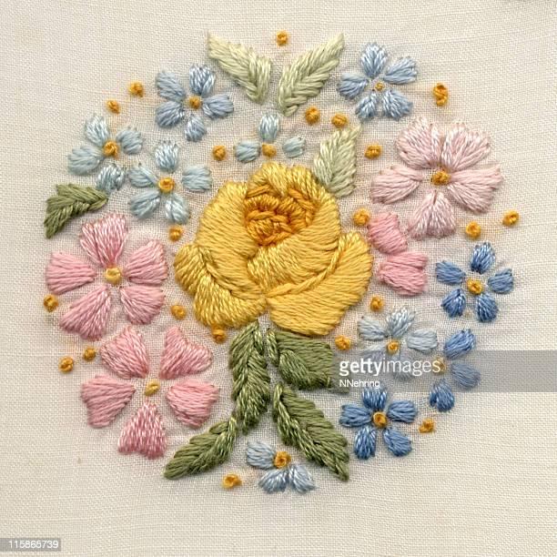 手刺しゅうの花モチーフ