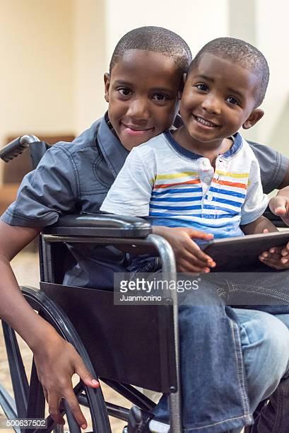 Handicap Enfant jouant avec son petit frère